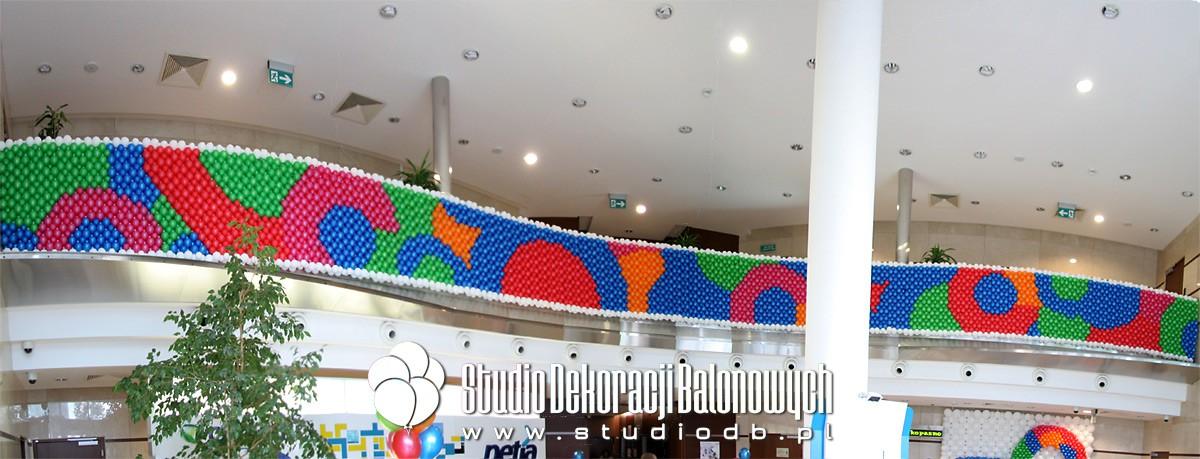 Dekoracja balonowa holu recepcyjnego dla firmy Netia z okazji jubileuszu 20-lecia