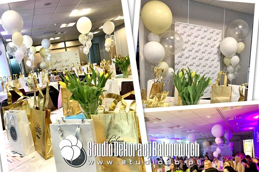 Balony z helem jako dekoracja sali szkoleniowo konferencyjnej.