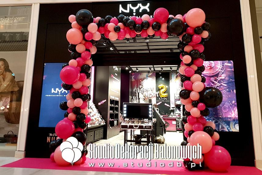 Organiczna brama balonowa jako dekoracja jubileuszowa salonu NYX w Poznaniu