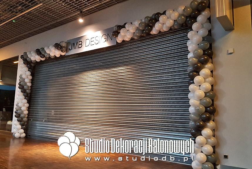 Brama z balonów jako dekoracja wejścia do salonu JMB Design.