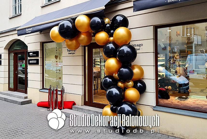 Organiczna girlanda balonowa jako dekoracja wejścia do butiku Tagomago