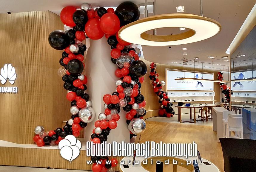 Organiczne dekoracje balonowe na otwarciu salonu Huawei.