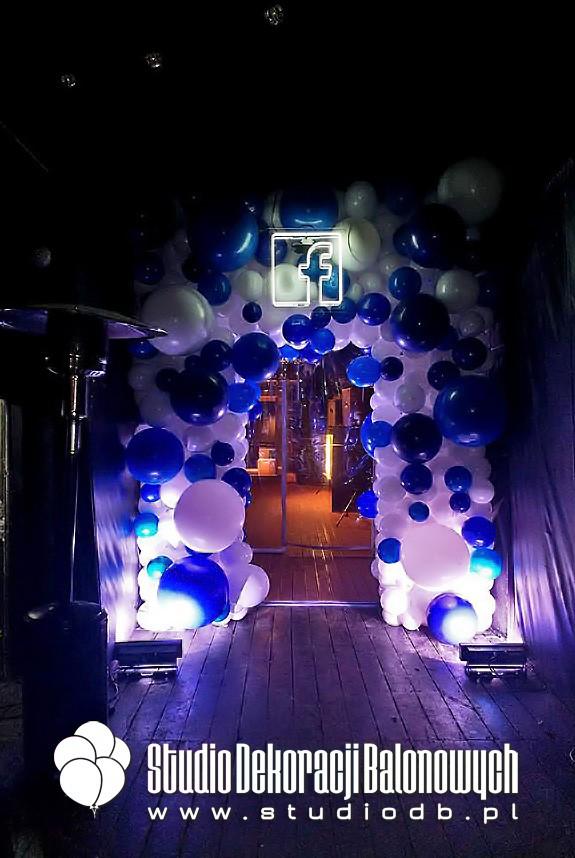 Dwustronna organiczna brama z balonów jako dekoracja wejścia na imprezę firmową.