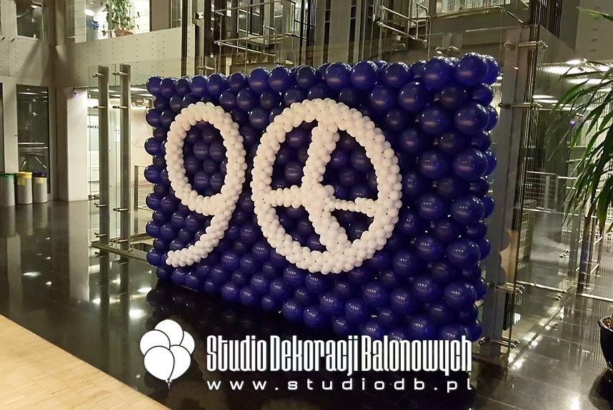 Ściana balonowa jako dekoracja z okazji jubileuszu 90 lat LOT-u.