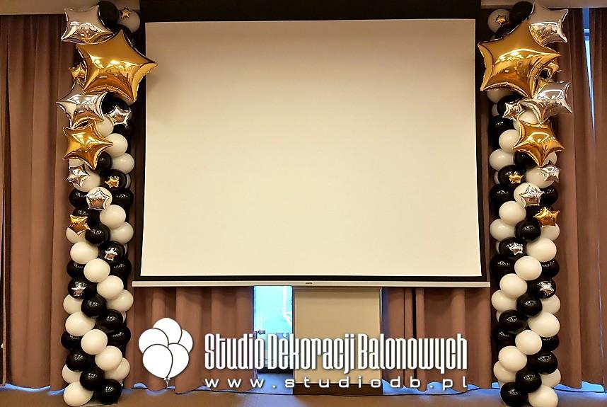 Kolumny z balonów jako dekoracja podczas prezentacji produktów