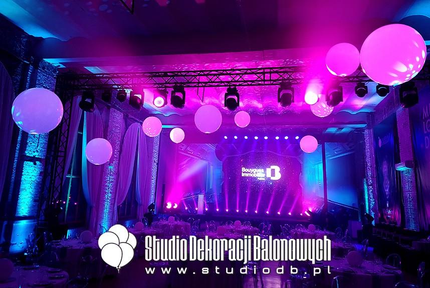 Metrowe balony LED pompowane helem jako dekoracja podczas gali rozdania nagród.