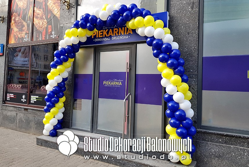 Brama z balonów jako dekoracja na otwarcie nowej piekarni w Warszawie