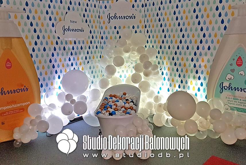 Balonowa girlanda organiczna jako bąbelki piany w dekoracji stoiska marki Johnson's