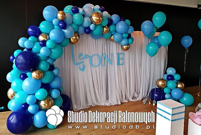 Organiczna dekoracja urodzinowa z balonów dla chłopczyka