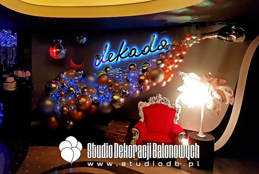 Balonowa girlanda organiczna oraz balony z helem jako dekoracja imprezy klubowej w Warszawie.