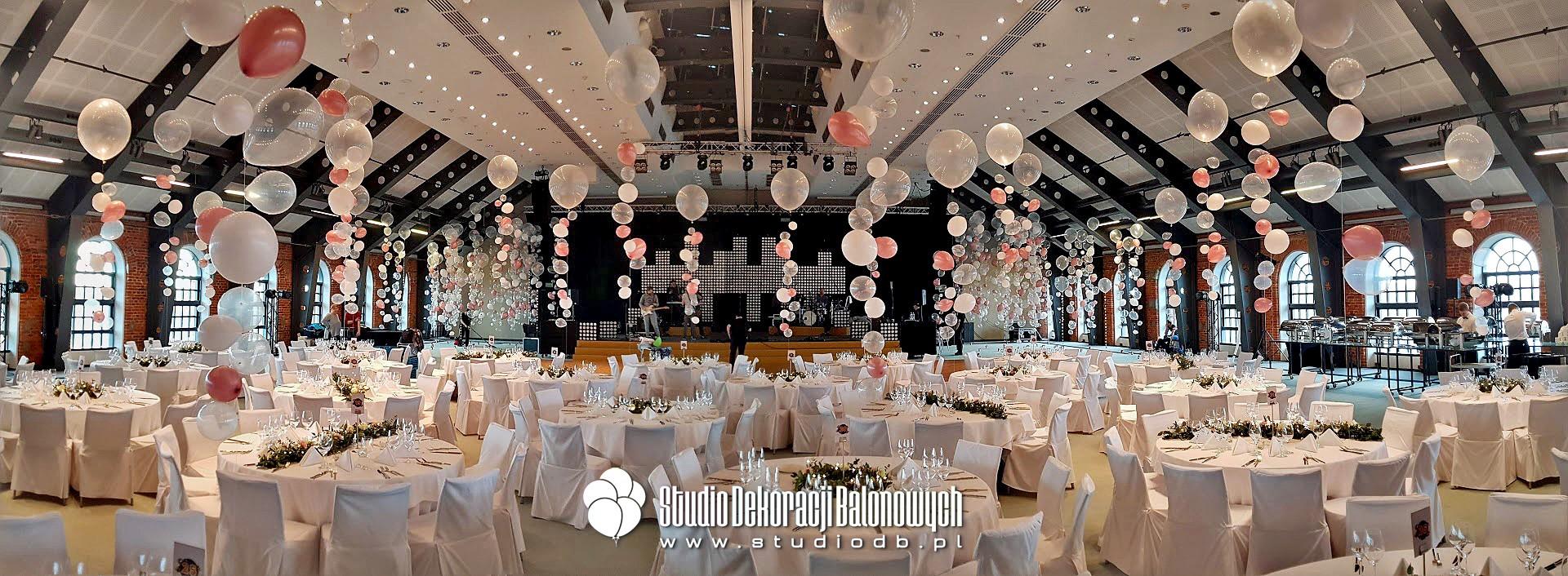 Bąbelki z balonów z helem jako scenografia eventu firmowego.