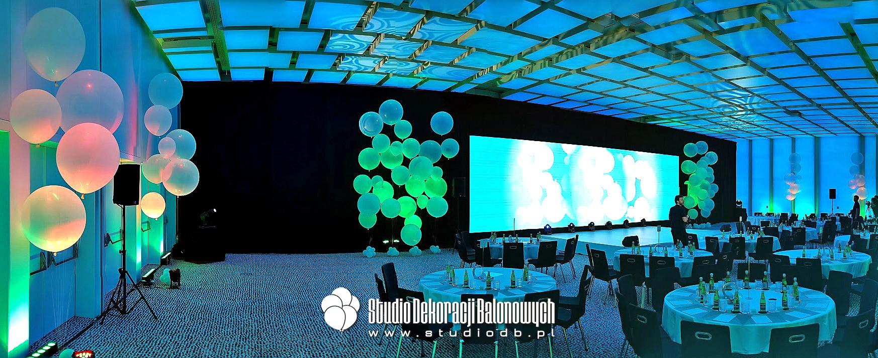 Balony giganty z helem jako dekoracja podczas prezentacji produktu.