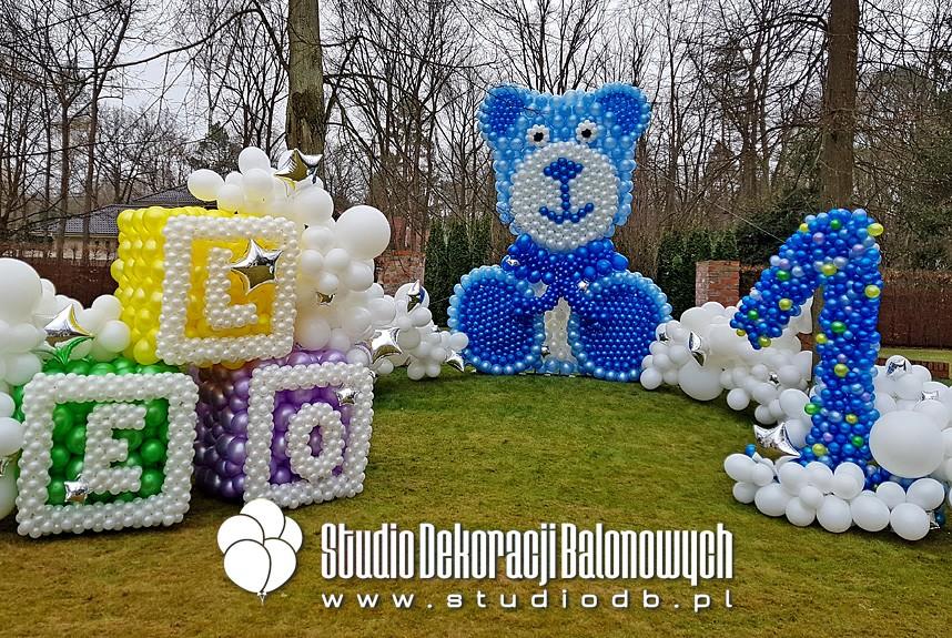 Dekoracje z balonów z okazji 1 urodzin chłopca.