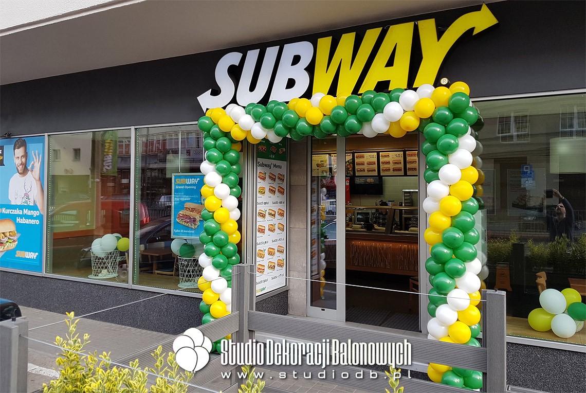 Brama z balonów jako dekoracja na otwarcie restauracji Subway w Warszawie