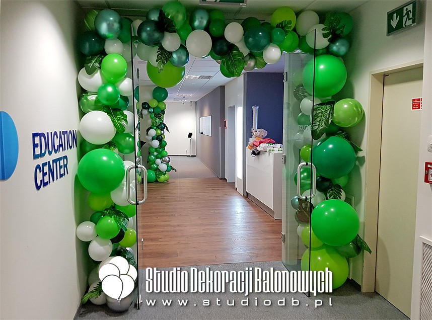 Organiczna brama z balonów i liści jako dekoracja biura