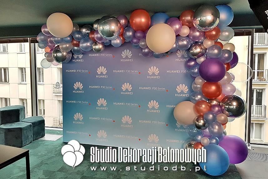 Organiczna i asymetryczna brama balonowa wokół ścianki prasowej dla Huawei