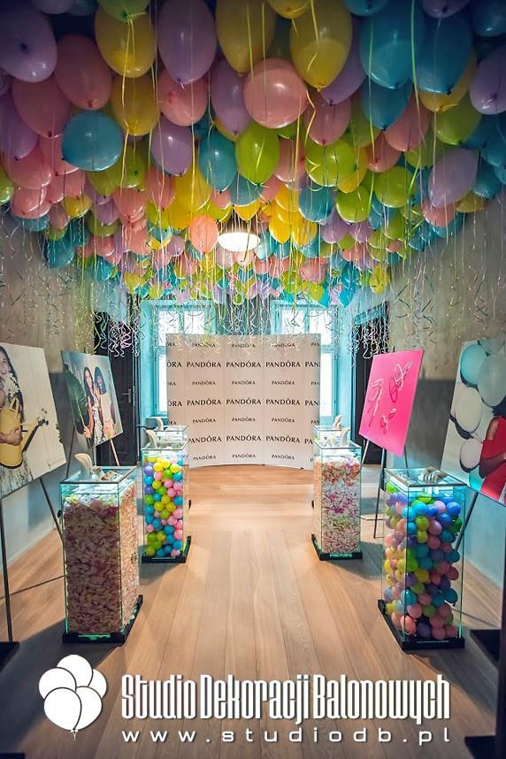 Balony z helem jako dekoracja stoiska targowego