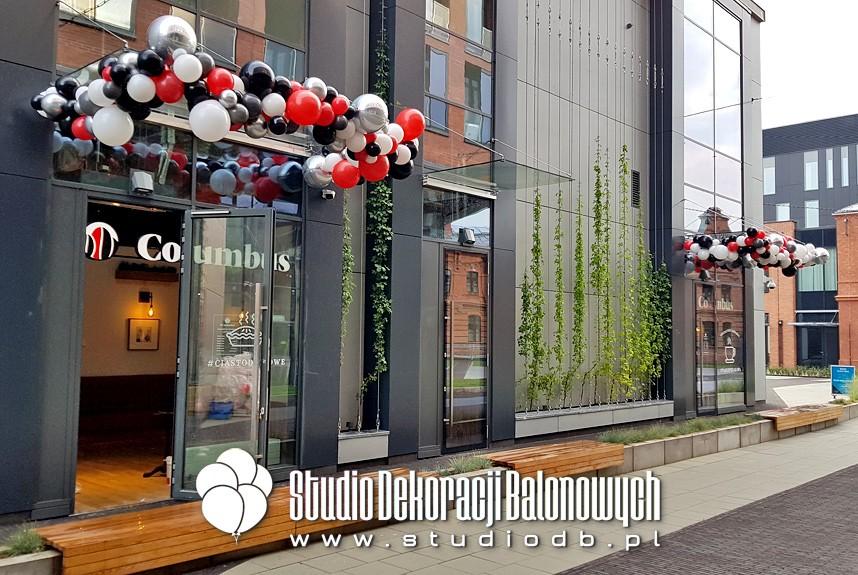 Balonowe girlandy organiczne jako dekoracja na otwarciu nowej kawiarni Columbus w Praskim Centrum Koneser