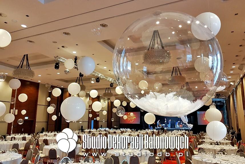 Balony z helem i piórkami w scenografii balu firmowego