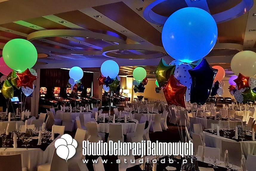 Bukiety balonowe z helem i ledami jako dekoracja eventu firmowego