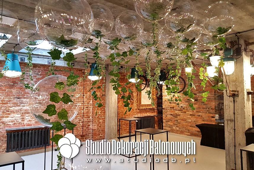 Balony transparentne z roślinami jako dekoracja eventu dla firmy kosmetycznej.