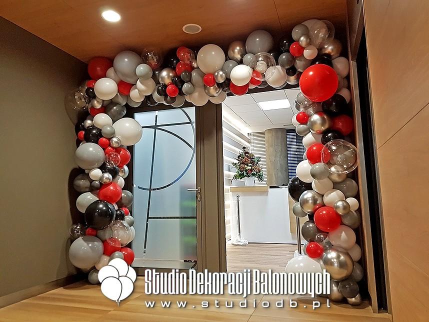 Brama z balonów jako dekoracja wejścia do biura
