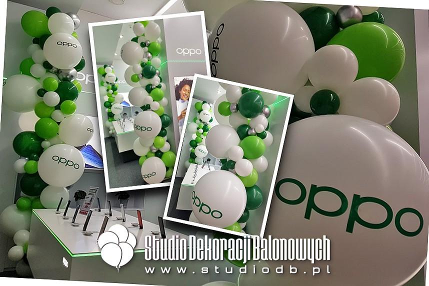 Organiczne słupy z balonów z brandingiem jako dekoracja stoiska w centrum handlowym w Warszawie
