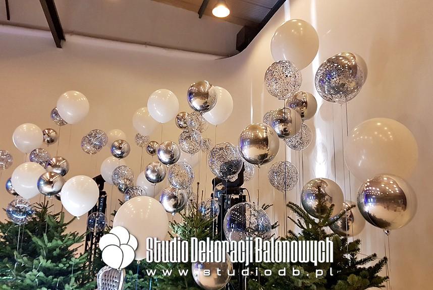 Balony z helem i confetti jako scenografia imprezy mikołajkowej.