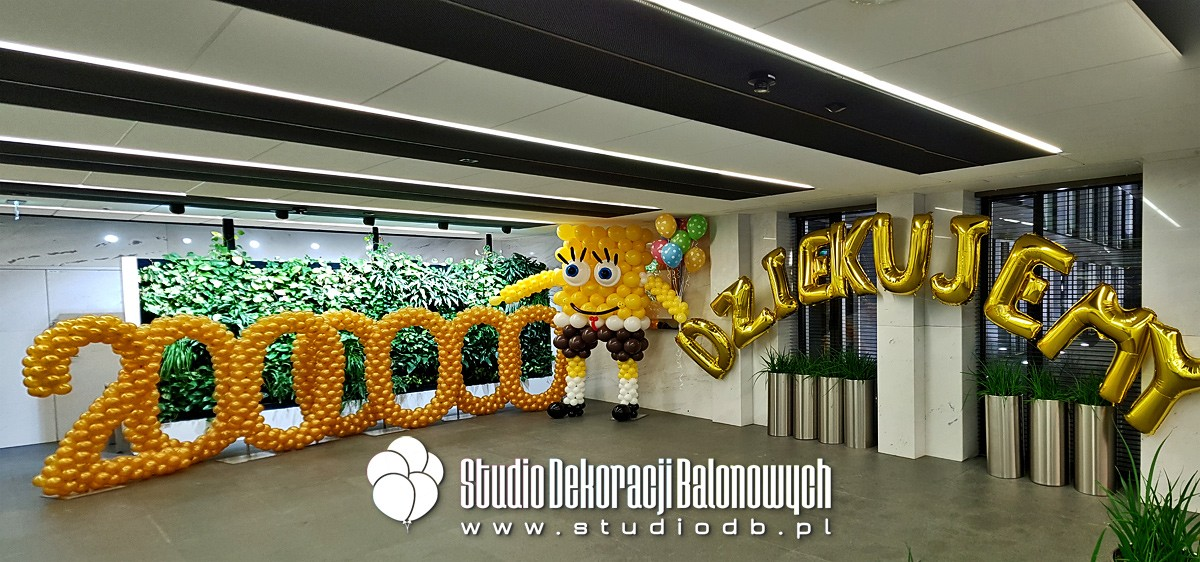 Figura Spongeboba jako dekoracja balonowa eventu firmowego