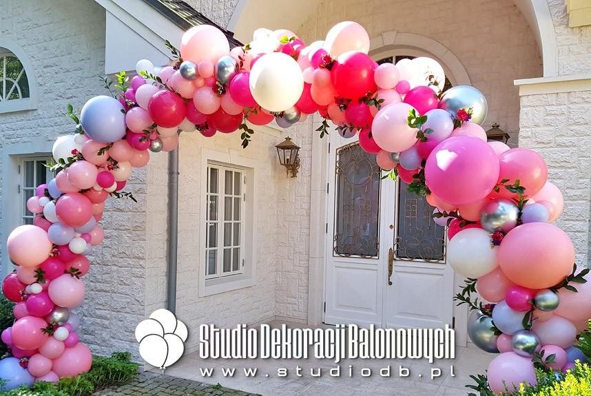 Brama z balonów i kwiatów jako dekoracja wejścia do domu