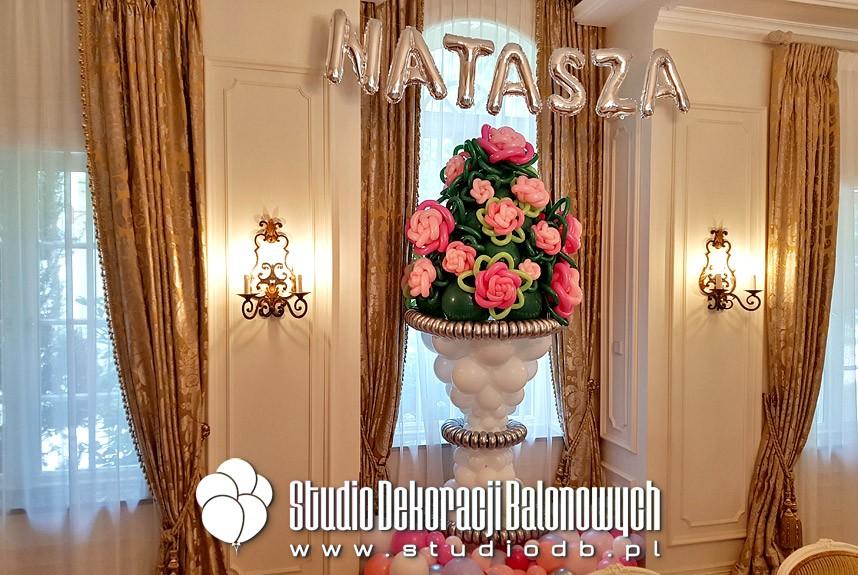 Balonowy wazon z kwiatami jako dekoracja urodzinowa