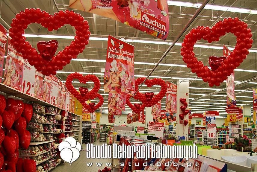 Walentynkowe dekoracje balonowe w supermarkecie Auchan