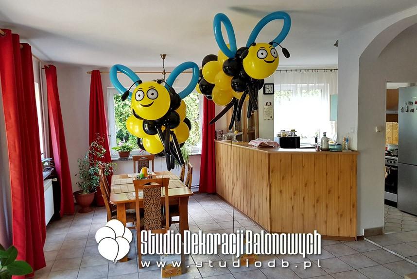 Pszczoły z balonów jako efektowny dodatek do wysyłki nagród konkursowych z okazji dnia pszczoły.