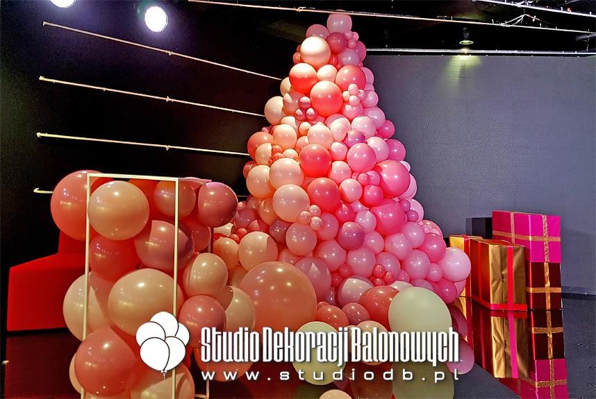 Choinka z balonów jako scenografia planu filmowego reklamy firmy kosmetycznej