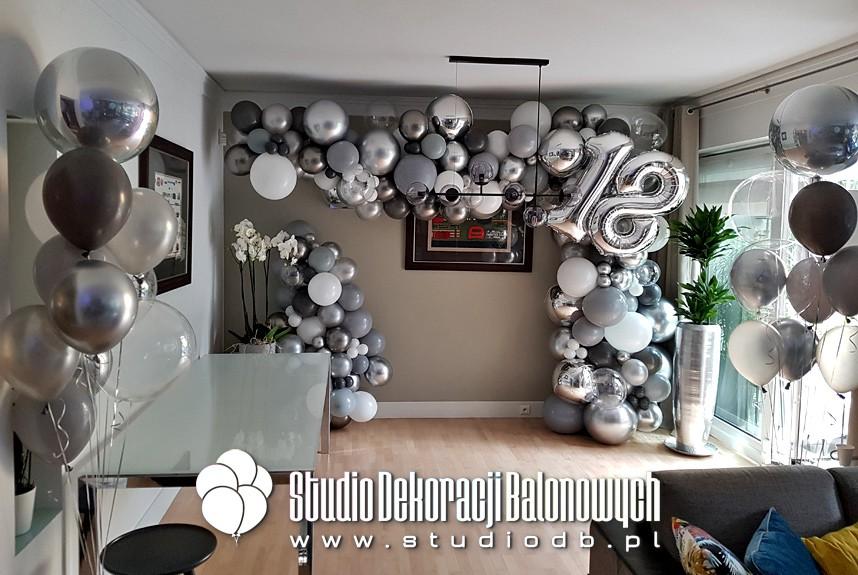 Girlanda z balonów jako dekoracja na osiemnastkę.