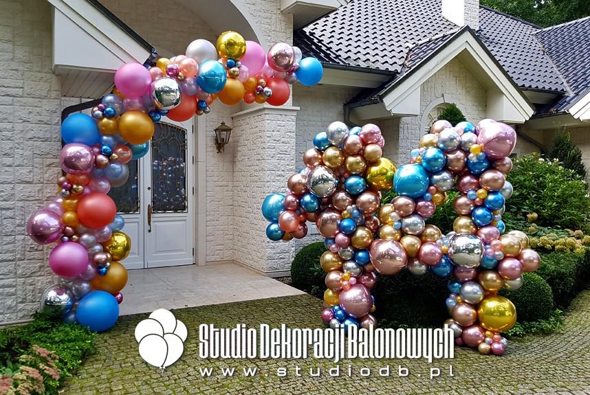 Profesjonalne dekoracje balonowe na urodziny Warszawa - Organiczna girlanda balonowa jako brama oraz cyfry z balonów jako dekoracja wejścia do domu