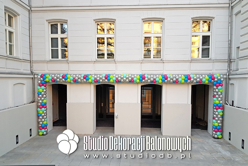 Girlanda z balonów - Brama balonowa jako dekoracja wejścia z okazji rozpoczęcia roku akademickiego w szkole muzycznej w Warszawie