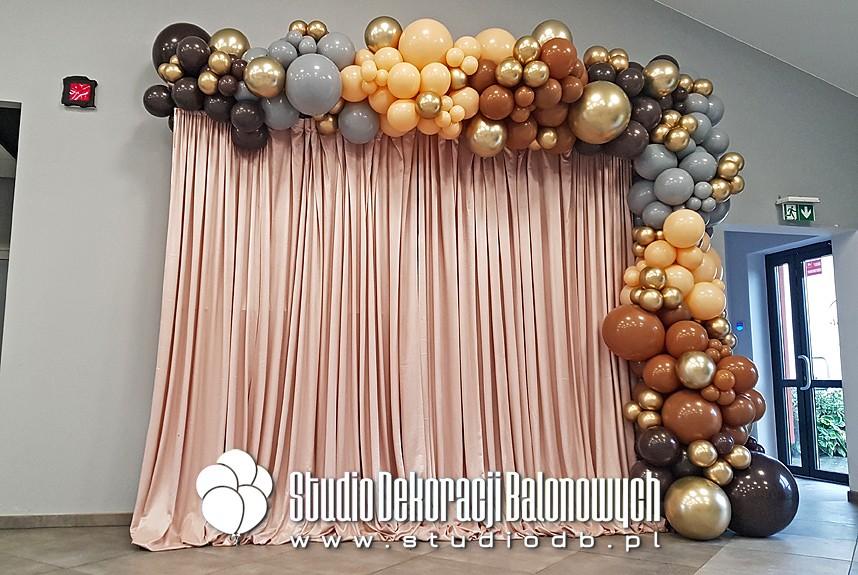 Dekoracje balonowe Warszawa - girlanda z balonów jako dekoracja ścianki do zdjęć na osiemnastkę