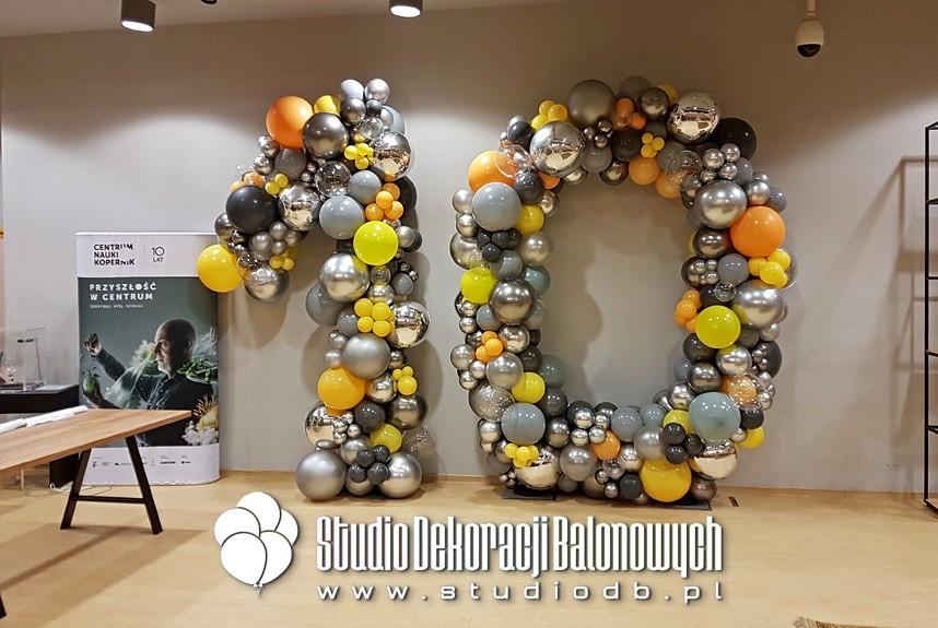 Dekoracja z balonów na jubileusz 10-lecia Centrum Nauki Kopernik