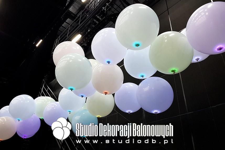 Balony kuliste z helem i ledami jako scenografia do filmu reklamowego.