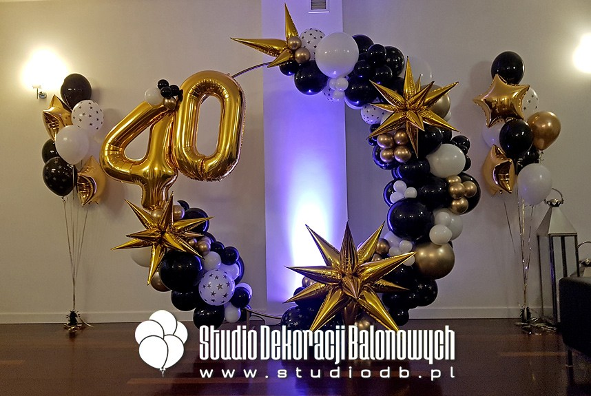 Dekoracja balonowa na 40 urodziny - Girlanda z balonów w kształcie koła oraz bukiety balonowe jako dekoracja przyjęcia urodzinowego
