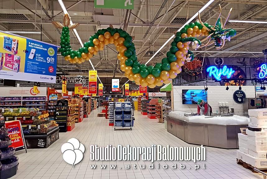 Figura balonowa - Chiński smok z balonów jako dekoracja supermarketu Carrefour Targówek w Warszawie