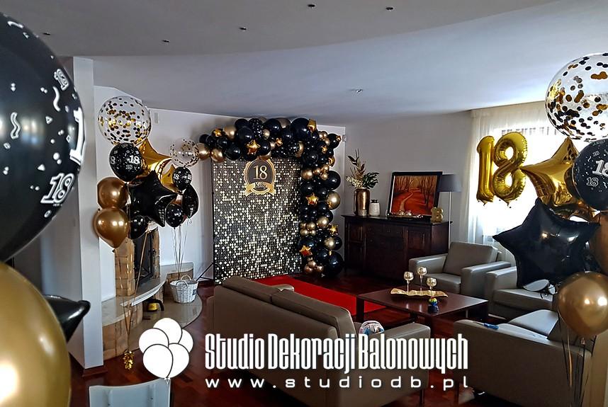 Dekoracja balonowa na 18 urodziny - ścianka personalizowana z girlandą balonową oraz bukiety balonowe jako dekoracja domu