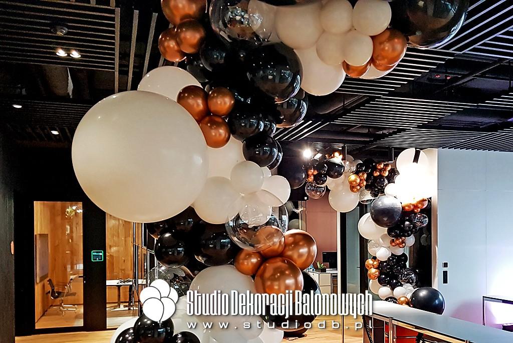 Dekoracje balonowe Warszawa - organiczne girlandy z balonów jako dekoracje na otwarcie biura