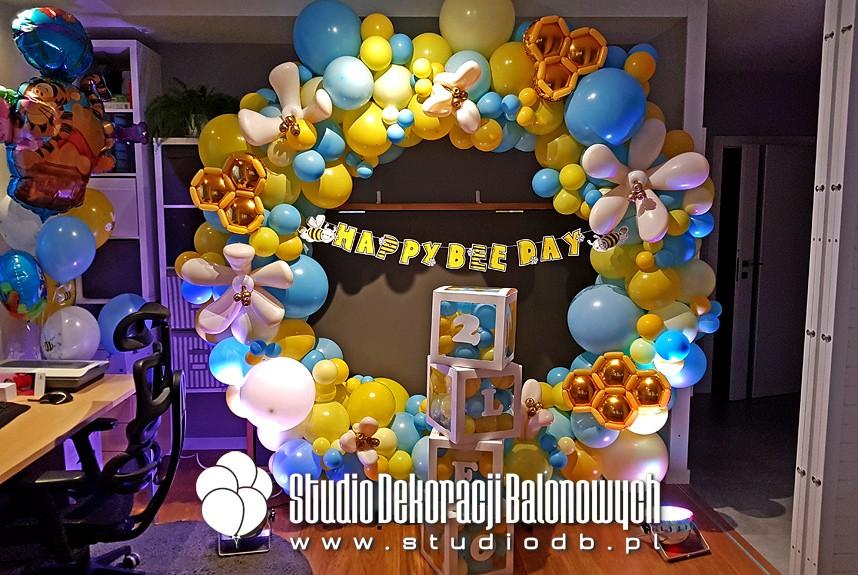 Ścianka balonowa - girlanda z balonów w kształcie koła - dekoracje balonowe na urodziny dziecka w temacie Kubuś Puchatek