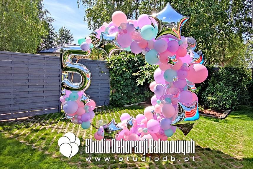 Ściana balonowa do zdjęć - organiczna girlanda balonowa na kole jako dekoracja na 5 urodziny dziewczynki