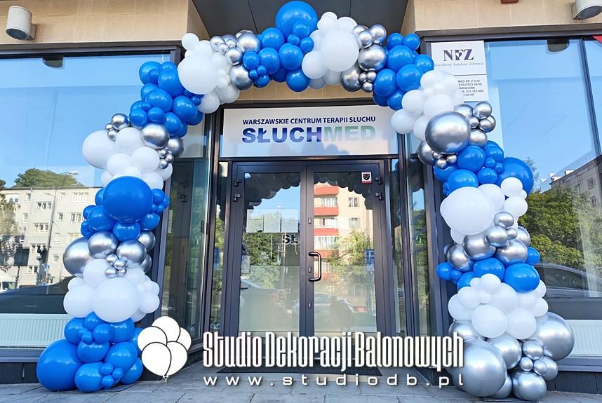Organiczna brama balonowa jako dekoracja wejścia do firmy.