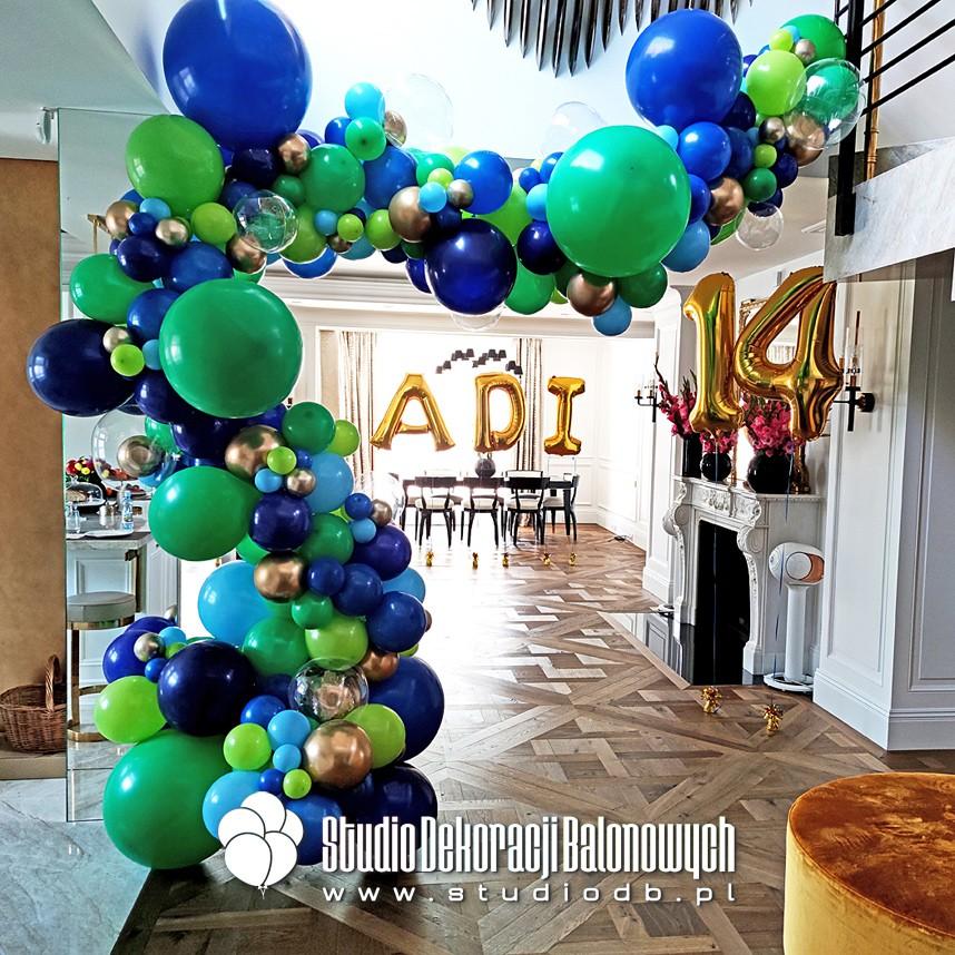 Organiczna girlanda balonowa jako dekoracja urodzinowa dla chłopca