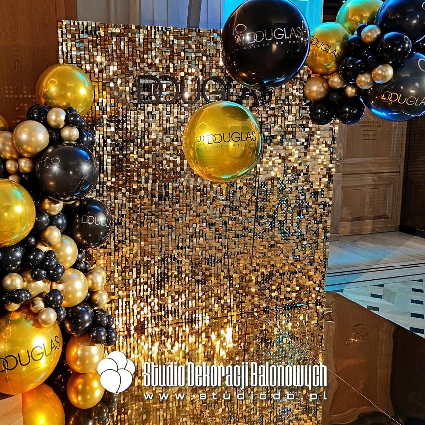 Ścianka cekinowa do zdjęć oraz balony personalizowane jako dekoracja imprezy jubileuszowej marki Douglas