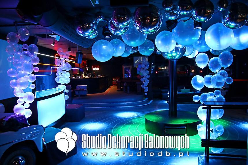Dekoracje balonowe imprezy klubowej w temacie